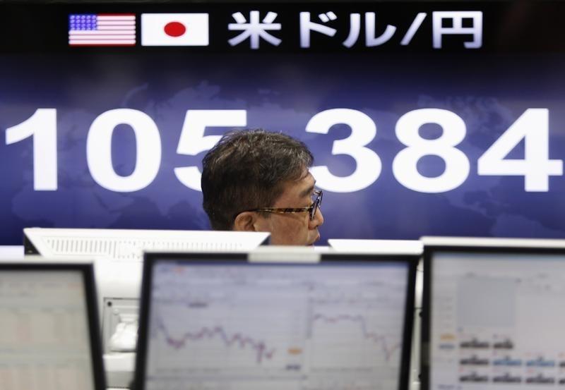 Un trader alla borsa di Tokyo. REUTERS/Yuya Shino